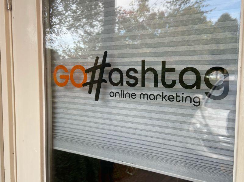 Logo GoHashtag op deur