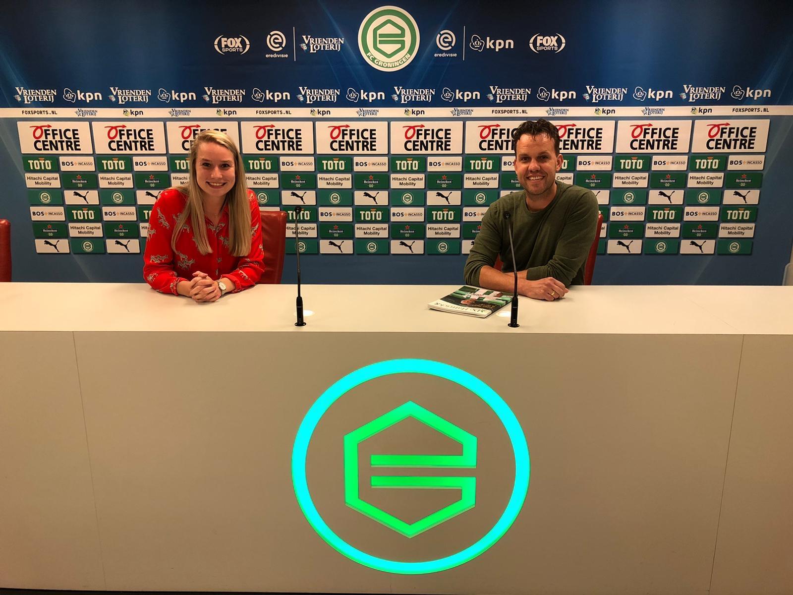 Martin Eefting GoHashtag en Marloes van den Oever in de perskamer van FC Groningen